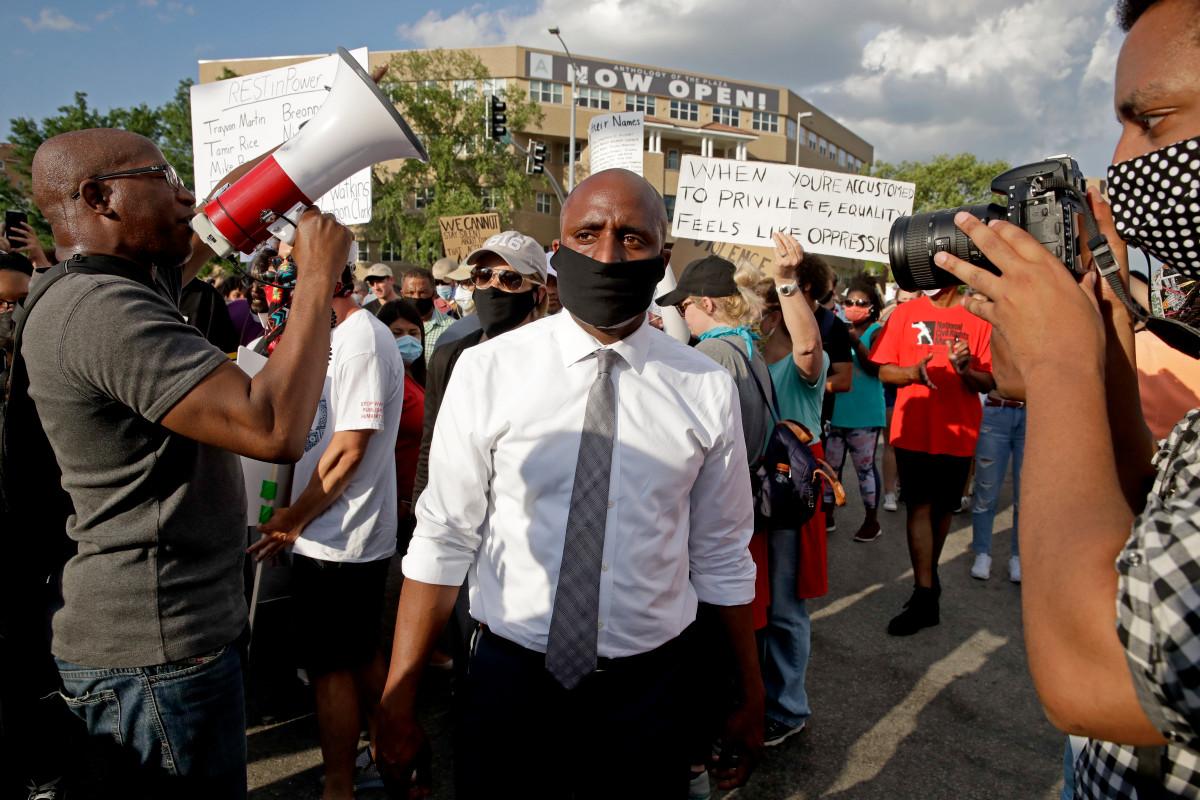 Photo of Kansas City mayor receives racist threats after ordering masks
