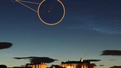 Photo of Astonishing photographs present Neowise comet flying above Edinburgh Castle